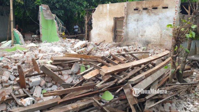 Rumah di kawasan Dusun Tegalan, Desa/ Kecamatan Trowulan, Kabupaten Mojokerto, dibongkar paksa, Minggu (14/3/2021).