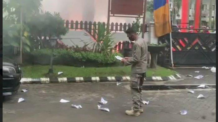 Rumah Dinas Wali Kota Malang Dapat Teror, Dilempari Kertas dan Flare, Diduga Dilakukan Pihak ini