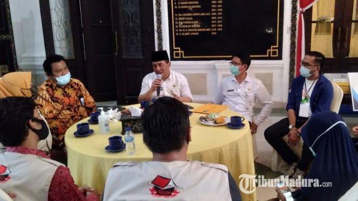 Rombongan dari Organisasi Masyarakat (Ormas) Rumah Kreasi Indonesia Hebat (RKIH) menggelar bakti sosial di tengah pandemi Covid-19, Rabu (9/9/2020).