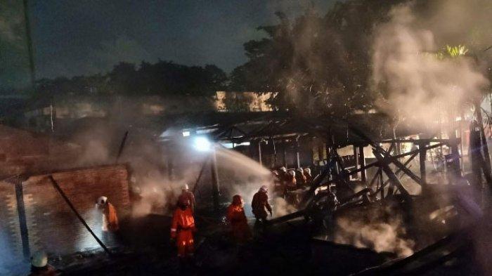 Rumah Makan Lesehan Pelangi di Gayungan Surabaya Habis Dilalap Api, 12 Mobil PMK Dikerahkan