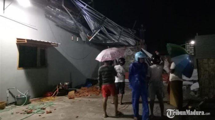 Rumah warga di Dusun Karbuk dan Dusun Trasak Tengah, Desa Trasak, Kecamatan Larangan, Kabupaten Pamekasan, Madura, yang rusak diterpa hujan deras yang disertai angin kencang, Senin (28/12/2020)