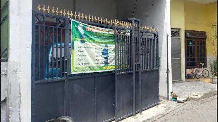 Rumah yang ditempati terduga teroris S di Jalan Simorejo Sari, Kecamatan Sukomanunggal, Surabaya, Jumat (2/4/2021).