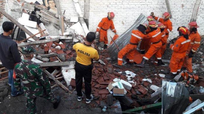 BREAKING NEWS - Sebuah Rumah di Kawasan Ketintang Surabaya Roboh, Dua Pekerja Meninggal Dunia