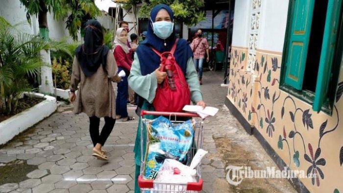Sepi Job Saat Pandemi Corona, Seniman Hadrah Dapat Sembako dan Uang Tunai dari Bupati Pamekasan