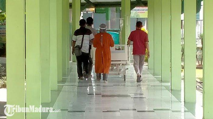 Salah satu pasien saat dibawa tenaga medis ke ruang perawatan di RSUD dr H Slamet Martodirdjo Pamekasan, Madura, Senin (6/7/2020).