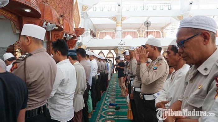 Puluhan Polisi dan Warga di Sampang Gelar Salat Gaib untuk KH Salahuddin Wahid ( Gus Sholah )