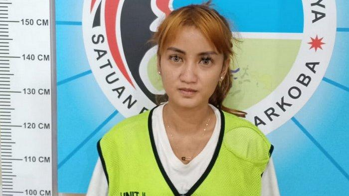 Lagi Asyik Pesta di Kamar Kos, Sales Promotion Girl (SPG) Cantik di Surabaya ini Ditangkap Polisi