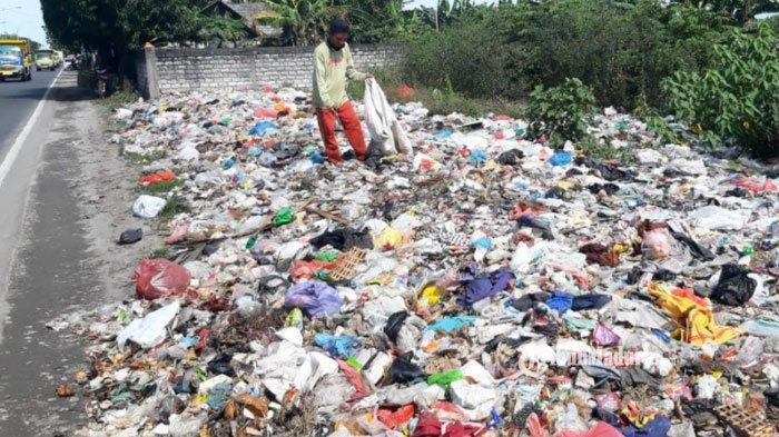 Tumpukan Sampah di Tepi Jalan Raya Duduksampeyan Gresik Bikin Saluran Air Mampet, Begini Kata DLH