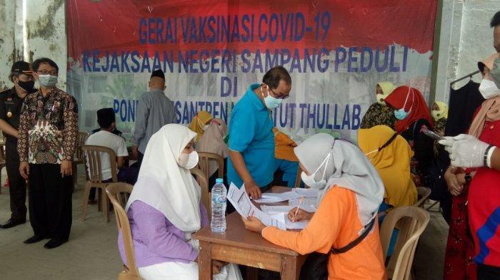 Hari Bhakti Adhyaksa Ke-61, Kejari Bersama Pemkab Sampang Gelar Vaksinasi di Ponpes Nazhatut Thullab