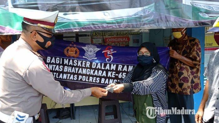 HUT Ke-65 Lalu Lintas Bhayangkara, Satlantas Polres Bangkalan Bagikan 300 Masker dan 150 Kg Beras
