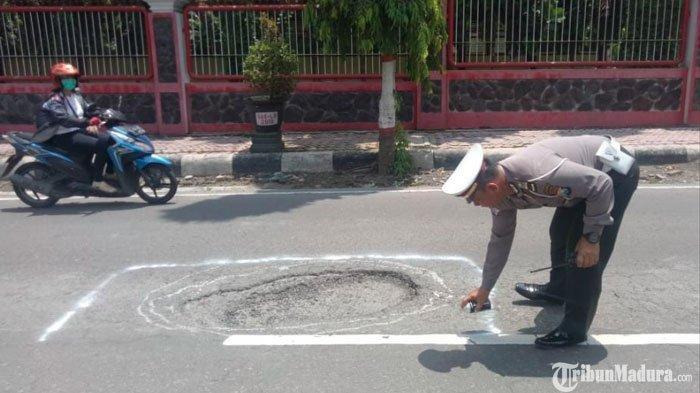 Polisi Tandai Jalan Berlubang di Kota Blitar Pakai Cat, Beri Tanda PengendaraAgar Tak Terperosok