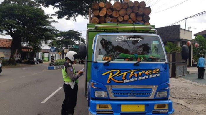 Hunting Polisi di Ponorogo Temukan Puluhan Kendaraan Membahayakan, Bawa Barang Kelebihan Muatan