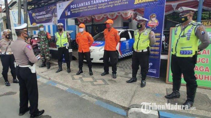 Polres Sampang Dirikan Pos Lantas Tangguh Semeru dan Bagikan Masker untuk Warga Cegah Covid-19