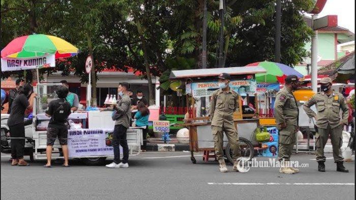 Cegah Kerumunan,Satpol PP Kota Blitar Terjunkan Personel ke Lokasi Pasar Takjil di Jalan Ahmad Yani