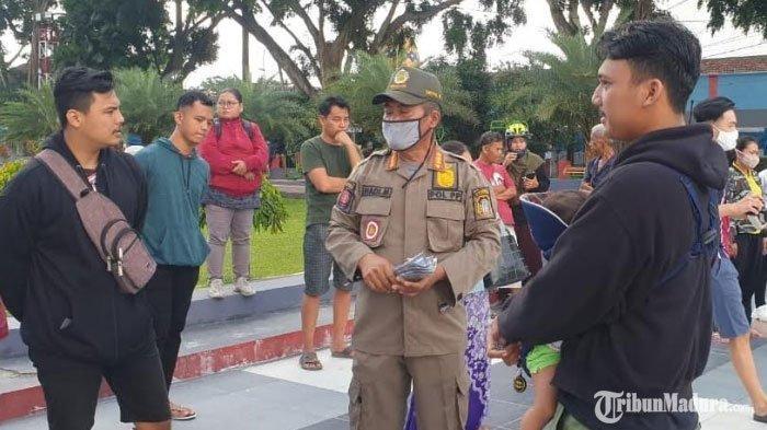 Tak Pakai Masker di Tempat Publik, Warga Kota Blitar Dihukum Bersih-Bersih Fasilitas Alun-Alun