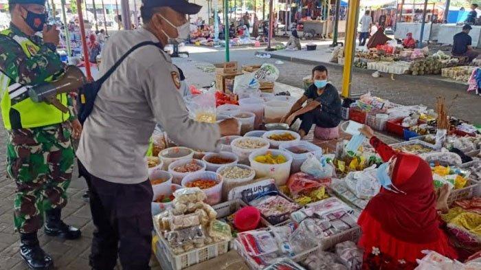 Satgas Covid-19 Bagikan Masker ke Pedagang Pasar Tradisional di Perumahan Pondok Permata Suci Gresik