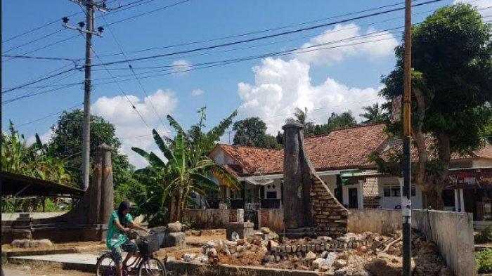 Pilar Pintu Gerbang Keraton Parsanga Sumenep Dirusak, Kepala Disparbudpora:OtomatisWargaProtes
