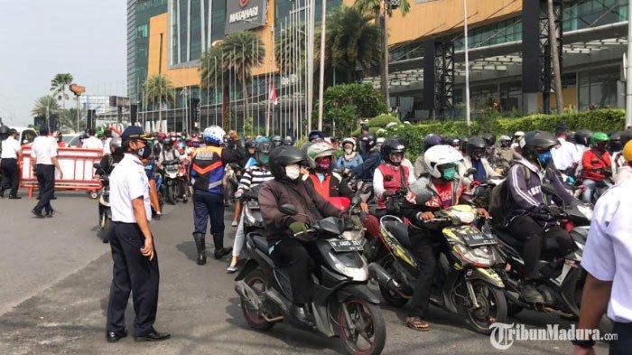 Hari Pertama PSBB Surabaya, Pengendara Luar Kota yang Tak Lolos Syarat Jalan Dipaksa Putar Balik