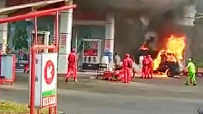 BREAKING NEWS - Mobil Carry Terbakar di SPBU Pasuruan, Seluruh Bagian Mobil Hangus Dilalap Api