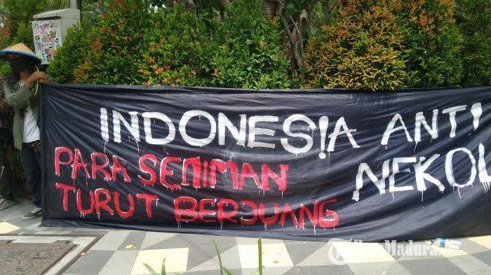 Demo Tolak Omnibus Law Cipta Kerja, Massa Tiba di Gedung Negara Grahadi