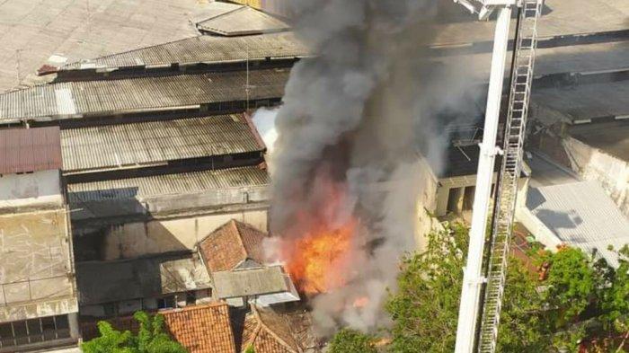 BREAKING NEWS - Toko Elektronik di Jalan Kranggan Kawasan Pasar Blauran Terbakar, Empat Orang Tewas