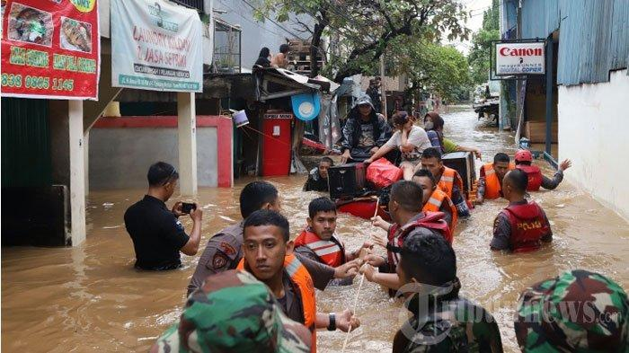 Kunjungi Korban Banjir Jakarta, GubernurAnies Baswedan:Anak-Anak Senang Tuh, Mereka Berenang