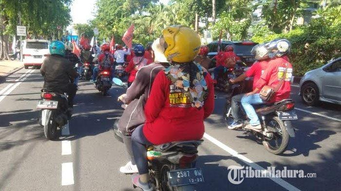 Kembali Demo Tolak Omnibus Law Cipta Kerja, Massa Buruh Mulai Padati Gedung Negara Grahadi Surabaya