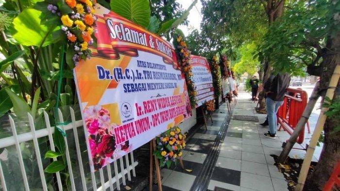 Rumah Dinas Risma Dikepung Karangan Bunga Berisi Ucapan Selamat atas Tugas Baru Sebagai Mensos