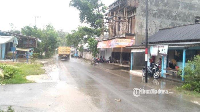 Sejumlah pengendara menepikan sepeda motornya di depan Gang Tores, Desa Jaddih Kecamatan Socah, Bangkalan ketika hujan dengan intensitas sedang disertai angin kencang menerjang, Jumat (29/1/2021)