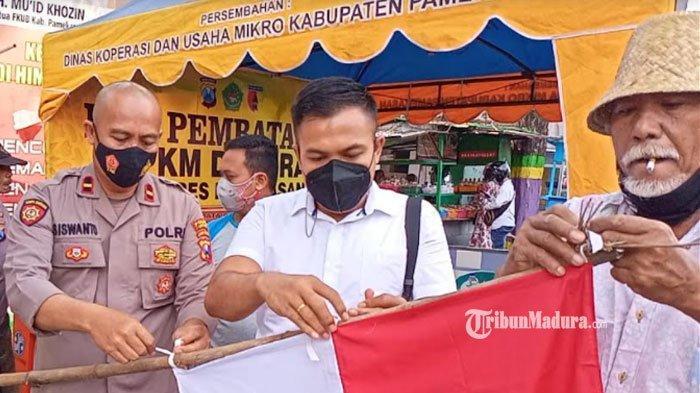 PKL di Pamekasan Kibarkan Bendera Merah Putih di Depan Pasar Sore, Simbol Semangat Lawan Pandemi