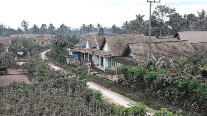 Sejumlah rumah di Kabupaten Lumajang, Jawa Timur, diguyur hujan abu vulkanik Gunung Semeru setelah gunung yang memiliki ketinggian 3.676 mdpl itu erupsi dan meluncurkan awan panas guguran sejauh empat kilometer.