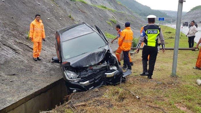 Jalanan Licin, Mobil Daihatsu Ayla Selip Ban dan Keluar Jalur Tol Malang-Pandaan, 1 Penumpang Tewas