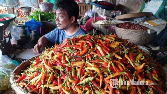 Seorang pedagang cabai bernama Mamat saat ditemui wartawan TribunMadura.com di Pasar Anom Baru Sumenep, Kamis (7/1/2021).