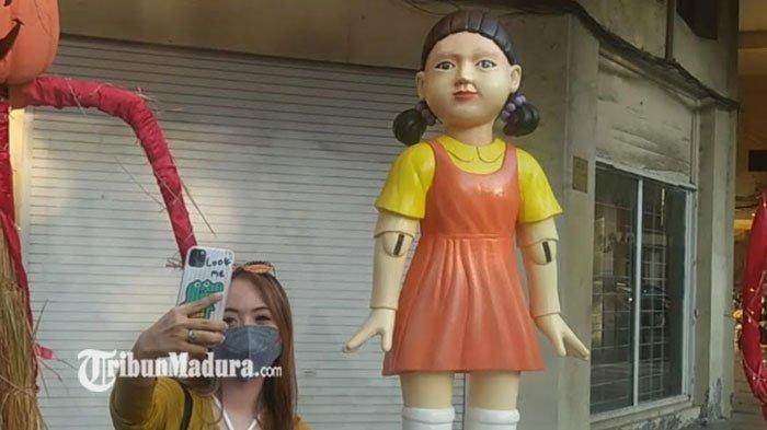 Tak Sekadar Sambut Halloween, ini Tujuan Boneka Squid Game Diletakkan di Surabaya