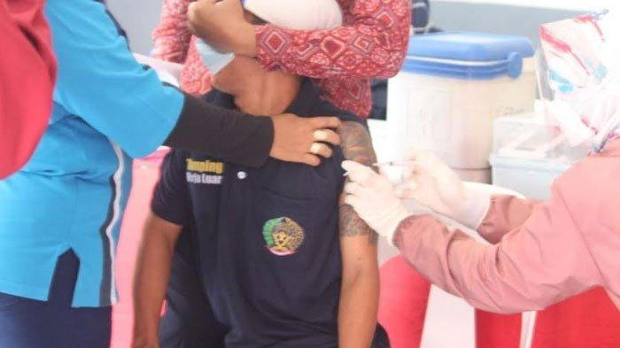 'Nyalimu Tak Sesangar Tatomu' Celetuk Karutan Klas IIB Gresik Saat Temani Warga Binaan Vaksin