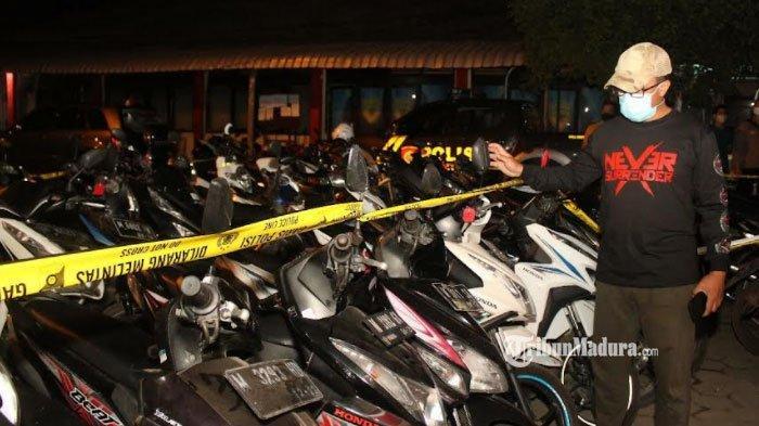 Arena Judi Sabung Ayam di Bangkalan Dibubarkan, Pelaku Melarikan Diri Tapi Motornya Disita Polisi