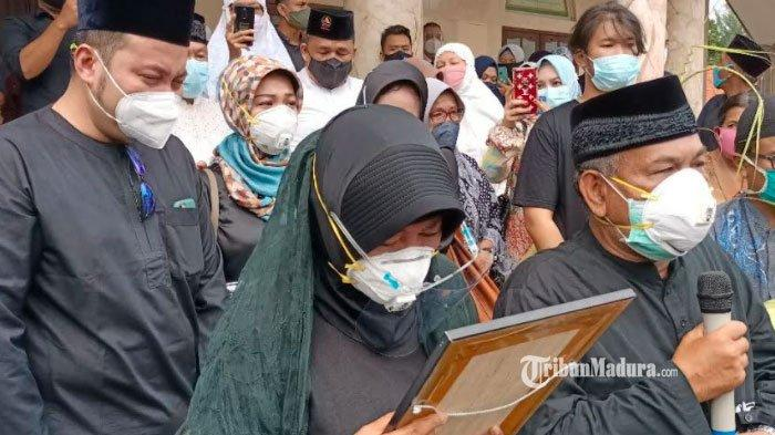 Kedatangan Jenazah Fadly Satrianto di Rumah Duka Diwarnai Tangis Haru, Orangtua Peluk Foto Korban