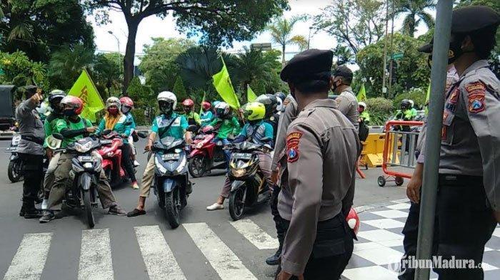 BREAKING NEWS - Ribuan Buruhse-Jawa Timur Gelar Unjuk Rasa Tolak UU Cipta Kerja di Depan Grahadi