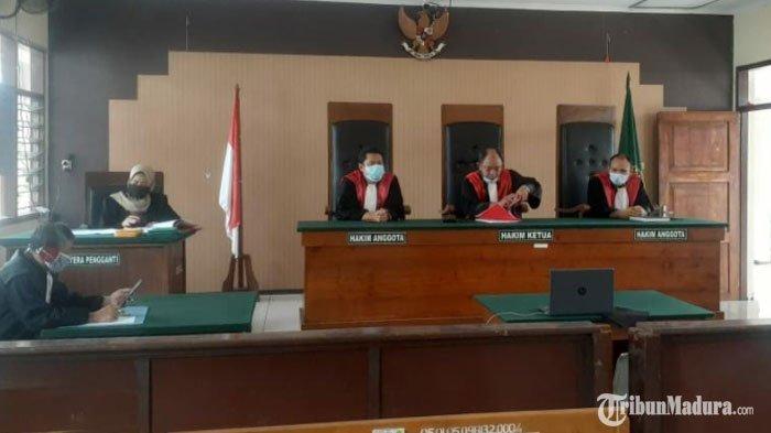 Sidang online dalam agenda pemeriksaan saksi atas kasus penistaan agama dengan terdakwa Agus Ainul Yakin di Pengadilan Negeri Tuban, Kamis (26/11/2020).