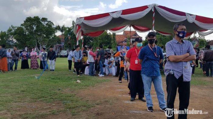 Peserta sedang antre dalam kegiatan simulasi Pilkada Sumenep 2020 yang digelar oleh KPU.