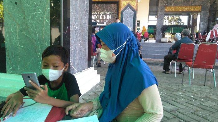 Ketika Ibu di Bangkalan Rela Tak Berjualan Demi Dampingi Anak Ikuti MPLS Daring dan Antre Divaksin