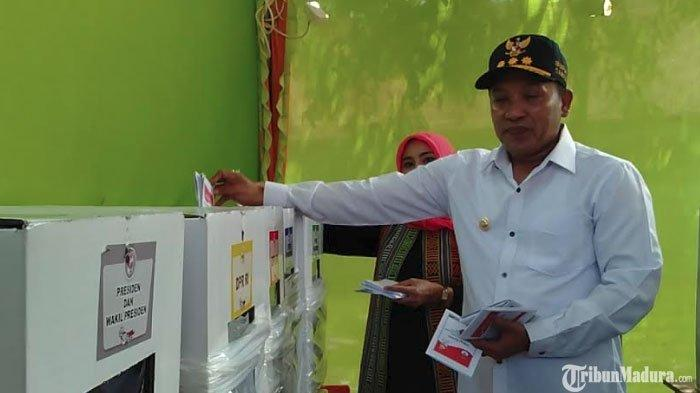 Bupati Sampang Slamet Junaidi Datang Nyoblos ke TPS, Imbau Warga Gunakan Hak Pilih pada Pemilu 2019