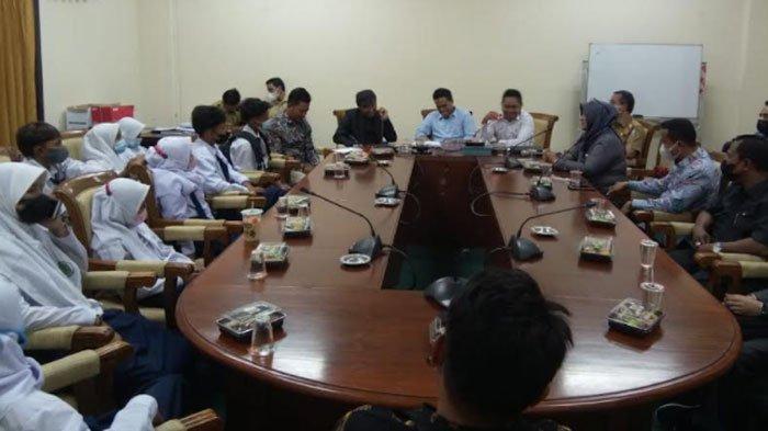Sejumlah Siswa SMP dan Guru Datangi Gedung DPRD Sampang, Duduk Bersama dengan Anggota Dewan