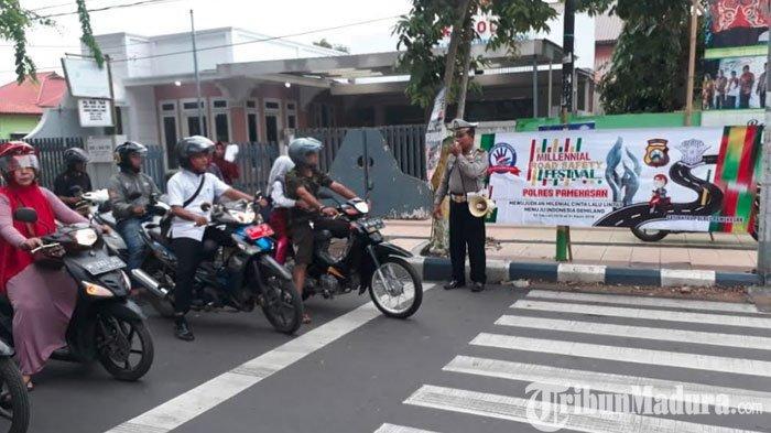 Sosialisasi Millenial Road Safety, Satlantas Polres Pamekasan Turun Langsung ke Jalan di Bawah Hujan