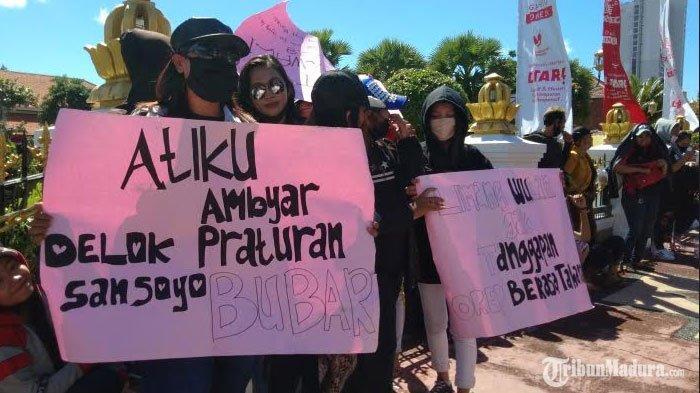 BREAKING NEWS - Ratusan Pekerja Seni Surabaya Gelar Demo di Depan Balai Kota Surabaya