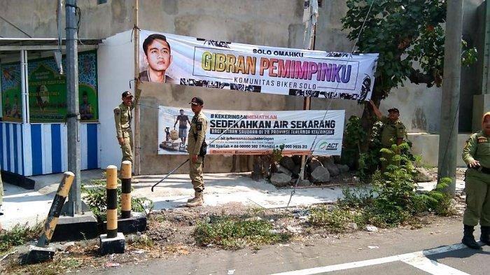 SpandukBergambar Anak Presiden Jokowi Dicopot di Jalanan Kota Solo, Begini PenjelasanSatpol PP