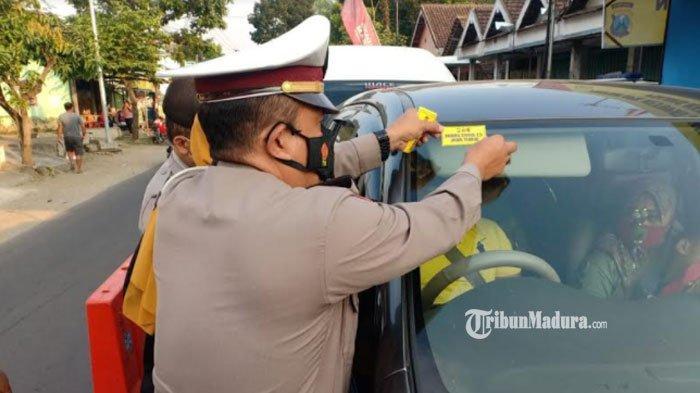 Penyekatan di Perbatasan Kediri - Batu, Kendaraan yang Lolos Pemeriksaan Diberi Stiker Khusus