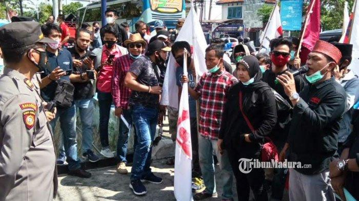 Puluhan Massa LSM Geruduk Gedung Kejari Sampang, Tuntut Kasus Dugaan Korupsi DD Sokobanah Dilanjut