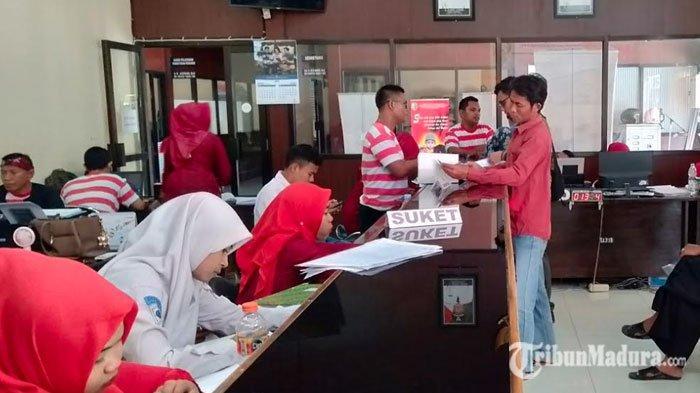 Jelang Pilkades, Pemohon E-KTP di Sampang Cenderung Membludak, Namun Blangko KTP Masih Kosong