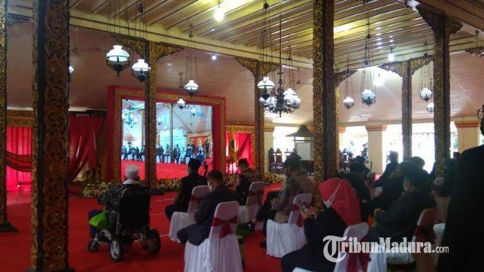 Suasana nonton bareng (Nobar) pelantikan Bupati dan Wakil Bupati Sumenep, Achmad Fauzi-Dewi Khalifah di Pendopo Agung Keraton Sumenep, Jumat (26/2/2021).